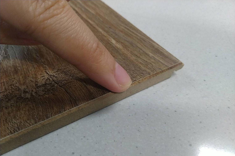 超耐地板的側邊就像實木一樣柔軟;