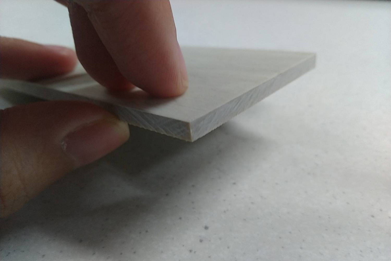 SPC材質較硬,所以鋪設時要好好收邊,才不會誤觸而受傷;