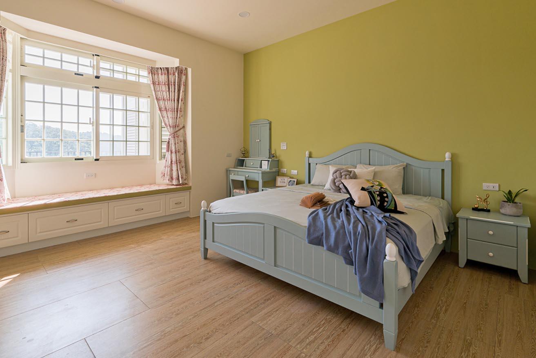 特殊色調的梳妝台/化妝台,建議四周要選用相關色調的家具或飾品點綴;