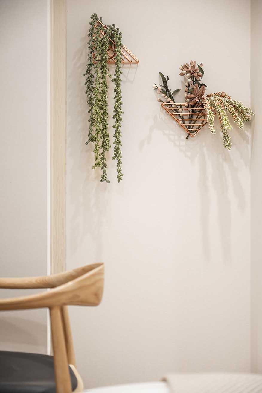 北歐風格搭配綠色植栽平頂天花板,簡約俐落