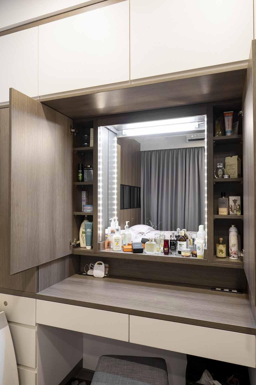 用門板將鏡子跟收納櫃藏起來;