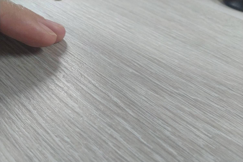 等級高的超耐磨的耐磨表層具有與木紋同步的凹凸觸感,就像摸到實木一樣;
