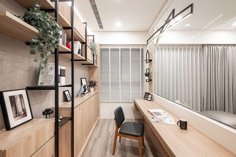 客廳畸零空間以輕隔間規劃書房設計;